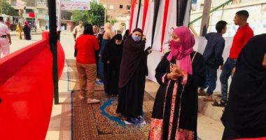 عشرات المواطنين أمام لجنة جراج النقل العام بالأميرية للتصويت بالنواب