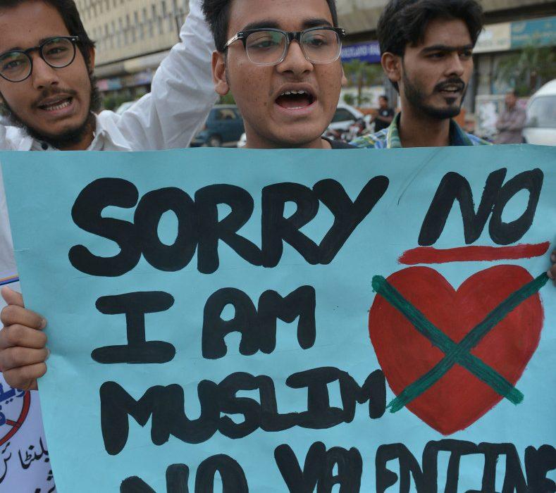 """قضت محكمة باكستانية، أمس الإثنين، بعدم الاحتفال بعيد الحب """"فالنتاين"""" في الأماكن العامة بأنحاء البلاد."""