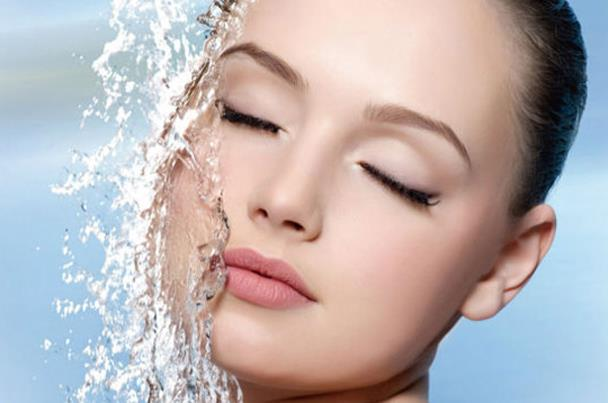 انتبهي.. غسل وجهك مراراً يضر ببشرتك