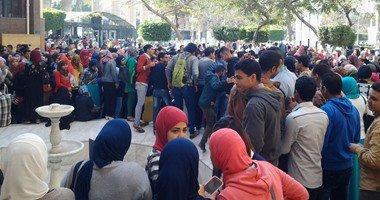 تجمهر طلاب التعليم المفتوح بجامعة الزقازيق بعد إلغاء امتحانهم لتضمنه الإجابات