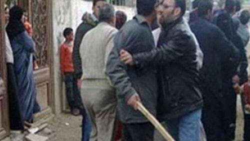 الأهالى يلقنون بائعا متجولا علقة ساخنة عقب ضبطه مع زوجة داخل منزلها بديرب نجم